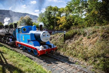 28. September 2014- Golden, CO: Thomas die kleine Lokomotive tuckerte in das Colorado Railroad Museum für den jährlichen Tag heraus mit Thomas Veranstaltung. Standard-Bild - 32164494