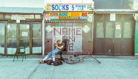 로스 앤젤레스, 캘리포니아 -10 월 11 일, 2015 : 시간을 열기 전에 유명한 베니스 비치 판자 저장소 공급 업체.