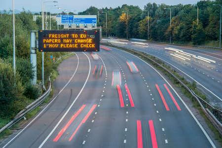 Brexit Freight UK snelweg bewegwijzering met vage voertuigen Stockfoto
