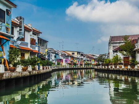 Melaka River was once dubbed the �Venice of the East� by European seafarers. The houses next to the river are full of colorful and artistic paintings. 스톡 콘텐츠 - 130135887
