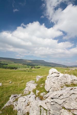 yorkshire dales: Pavimento de piedra caliza en Ingleborough en los valles de yorkshire