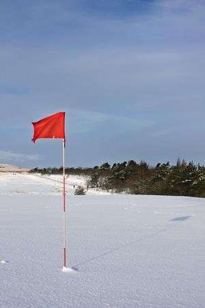 golf drapeau: Drapeau de golf dans la neige Banque d'images