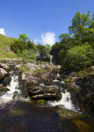 yorkshire dales: Cascada en el id�lico valles de Yorkshire Reino Unido