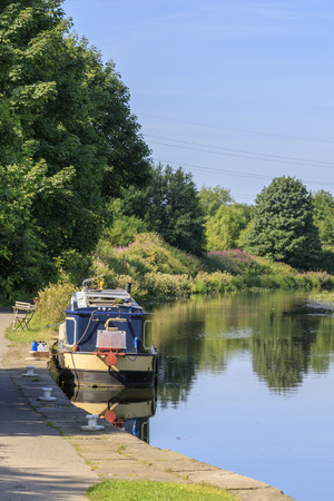 Lastkahn auf dem Kanal an einem sonnigen Tag