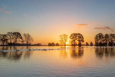 Un hermoso amanecer en un lago en Yorkshire