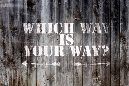 どっちがあなたの方法と 2 つの方向を指す矢印の言葉で木材木製の板の背景を風化します。