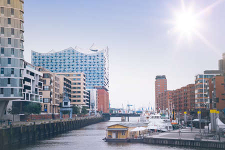 Moderne gebouwen aan de waterkant in de wijk Hafencity van Hamburg, Duitsland Stockfoto - 84811190