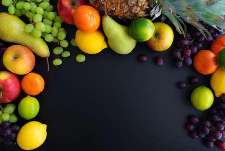 différents fruits frais et sains sur fond noir