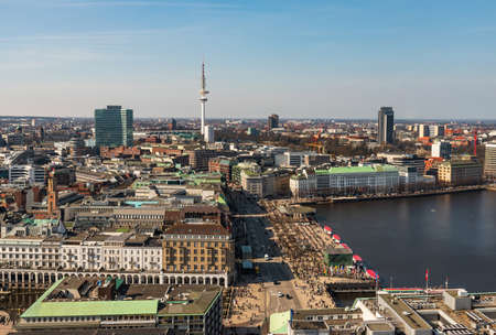 aerial view of Alster lake with crowded Jungfernstieg in Hamburg on sunny day 新聞圖片