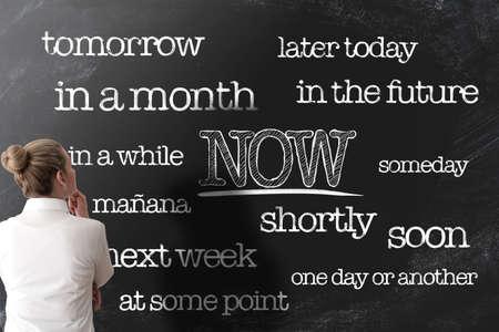 faire avancer les choses ou commencer à faire les choses maintenant concept anti-procrastination sur tableau noir
