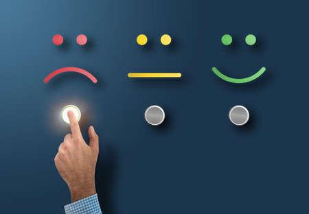 klantenservicebeoordeling en enquêteconcept met ontevreden klant die interfaceknop aanraakt met droevig gezicht