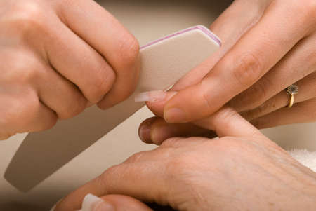 laquered: Manicurist deposito in gi� dopo la fissazione acrilico su una falsa unghie