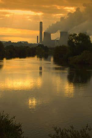 kwaśne deszcze: Misty wschód słońca nad elektrowni - portret orientację Zdjęcie Seryjne