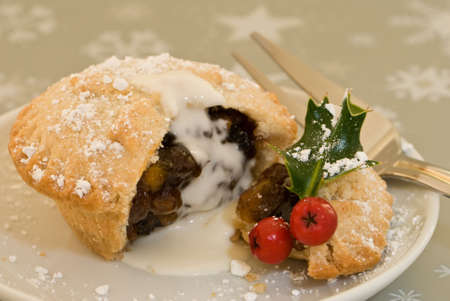 minced pie: Christmas mince pie with cream