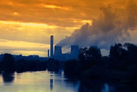 kwaśne deszcze: Globalnej koncepcji Warming, elektrowni w porannych sunrise Zdjęcie Seryjne