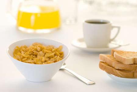 cereals: Desayuno mesa con cereales, tostadas, caf� y jugo de naranja