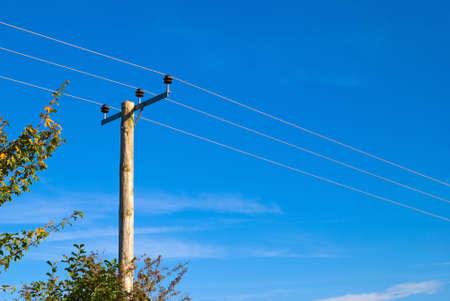 energia electrica: L�neas de conducci�n el�ctrica en poste de madera a trav�s de tierras rurales Foto de archivo