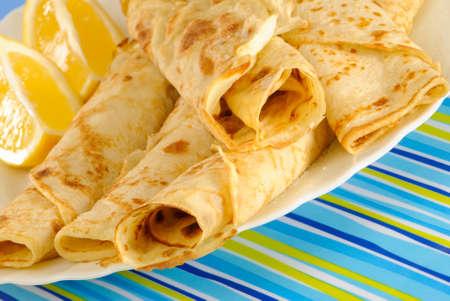 sprinkled: Pancakes sprinkled with sugar with lemon wedges Stock Photo