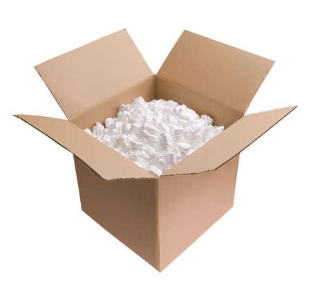 cacahuate: Caja de cart�n llena de espuma de poliestireno fichas aisladas sobre fondo blanco