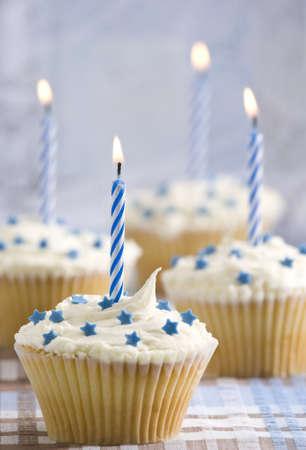Parte Cupcakes con candele accese, blu tema Archivio Fotografico - 4828476