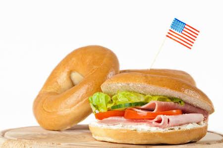 jamon y queso: Nueva York bagels con bandera americana en el fondo blanco