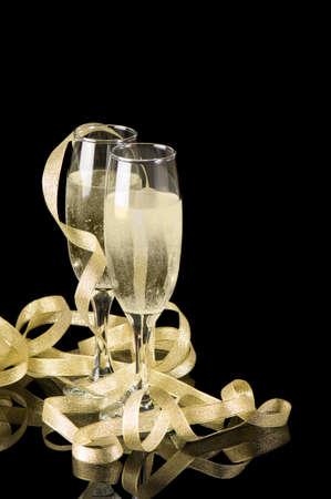 serpentinas: Brindis de champ�n con dos copas de oro y cintas de Foto de archivo
