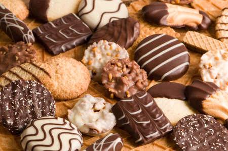 Assorted Auswahl an Schokolade Kekse angeordnet, festlich Hintergrund zu machen