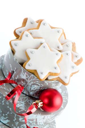 galleta de jengibre: Inicio estrellas horno de pan de jengibre de Navidad como regalo con chucher�a y la cinta roja Foto de archivo
