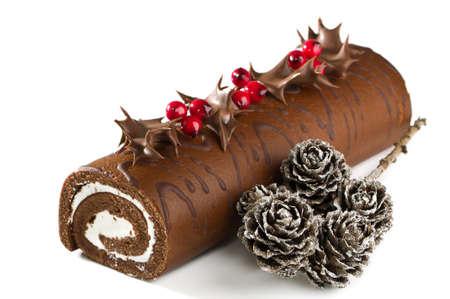 cioccolato natale: Natale al cioccolato yule log con agrifoglio, bacche e pigne  Archivio Fotografico
