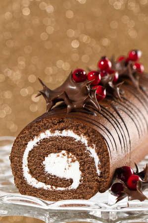 cioccolato natale: Roll� di Natale decorato con foglie di cioccolato anabbagliante agrifoglio
