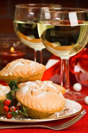 mince: Christmas mielone placków z kieliszki do wina białego i dar urządzonych w tle z migając Świeca