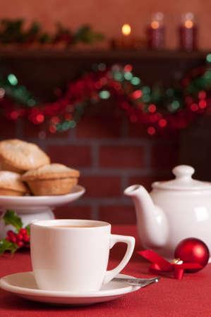 carne picada: Salto de t� en la �poca de Navidad con placa de empanadas de picadillo en segundo plano
