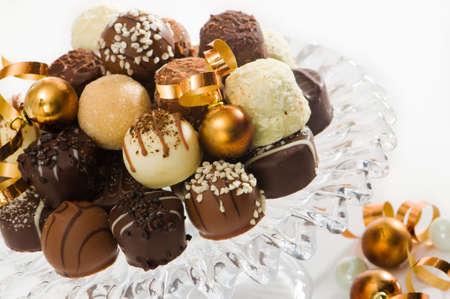 cioccolato natale: Cioccolatini per Natale con baubles sul vetro com  Archivio Fotografico