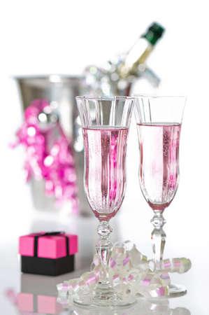 brindisi champagne: Valentino rosa champagne con il dono e la bottiglia nel secchio di ghiaccio su sfondo bianco
