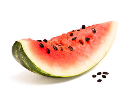 pips: Segment van watermeloen met pitten op witte achtergrond