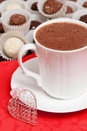 chocolat chaud: Chocolat chaud pour Valentin avec truffes Banque d'images