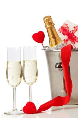 dwarsfluit: Glazen champagne voor Valentijnsdag met hart en lint decoratie