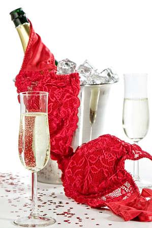 Huwelijks nacht champagne met lingerie geworpen over ijs emmer
