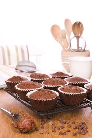 batch: Lote de choc reci�n horneadas chip muffins listos para ser granizado  Foto de archivo