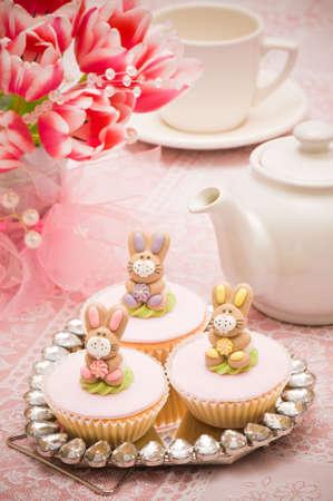 fondant: Prendendo una pausa dalla cottura cupcakes coniglietto di Pasqua con una tazza di t�