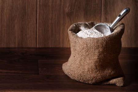 harina: Harina de trigo integral en saco de arpillera con cuchara, espacio de copia incluida