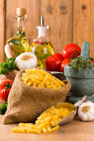 ajo: Fusilli pasta en saco de arpillera con ingredientes de la boloñesa  Foto de archivo