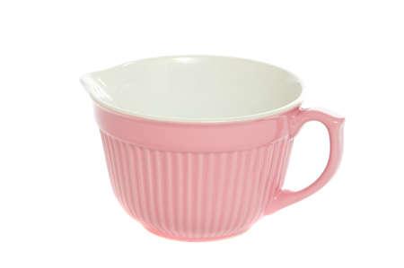 Mischschüssel des recht rosafarbenen Teiges lokalisiert auf weißem Hintergrund