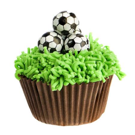 tortas de cumpleaños: Cumpleaños fútbol cupcake aislado sobre fondo blanco  Foto de archivo