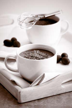 chocolat chaud: Boissons au chocolat chauds sur le plateau avec effet tonique