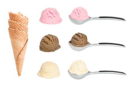 sorbet: Bolas de helado con conos waffle sobre fondo blanco