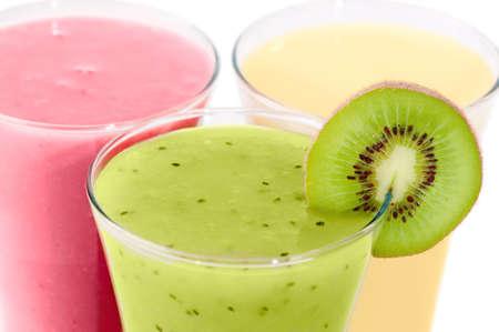 batidos de frutas: Close up de tres Aseg� desayuno sobre fondo blanco
