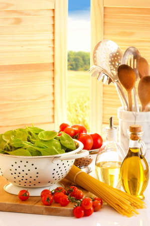 aceite de cocina: Espaguetis con tomate y espinaca en una cocina de campo rural  Foto de archivo