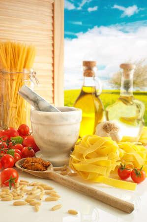 Pastas italianas y pesto en cocina de país  Foto de archivo