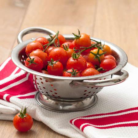 umyty: Świeżo myte dojrzałych pomidorów w Cedzak na Stół Kuchenny